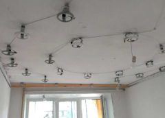 Как установить точечные светильники на потолок?